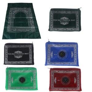 Image 1 - Мусульманский молитвенный коврик, переносные плетеные коврики из полиэстера, простой принт с компасом в сумке, новый стильный Дорожный Коврик для дома, Одеяло 100*60 см
