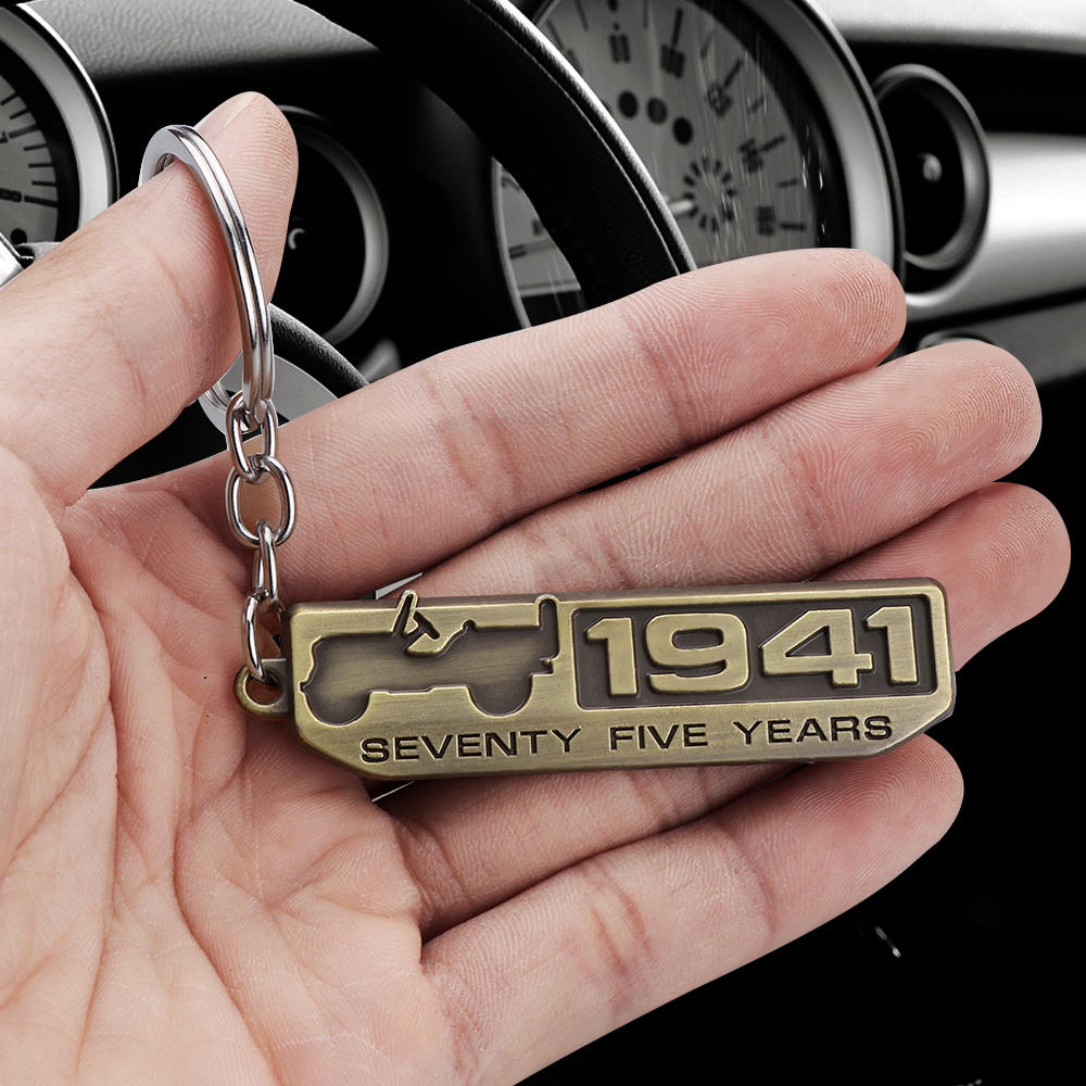 1pcs Metal SEVENTY FIVE YEARS 1941 Emblem Car Keychain Keyring For Jeep Wrangler Grand Cherokee Renegade Compass Car Accessories