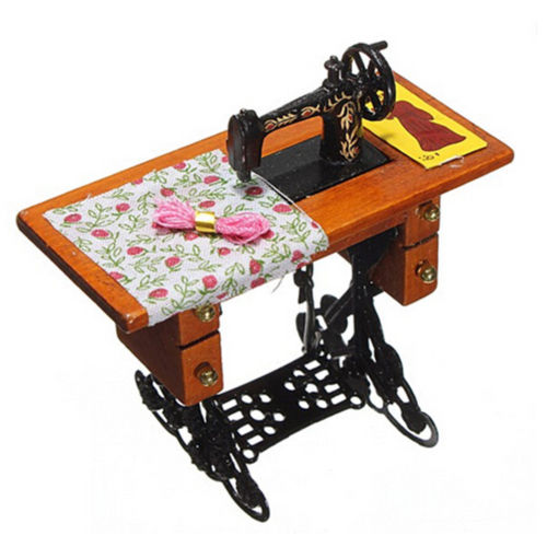 1/12 Scale Dollhouse Decoration Wooden Dollhouse Miniature Furniture Families Vintage Miniature Sewing Machine With Cloth