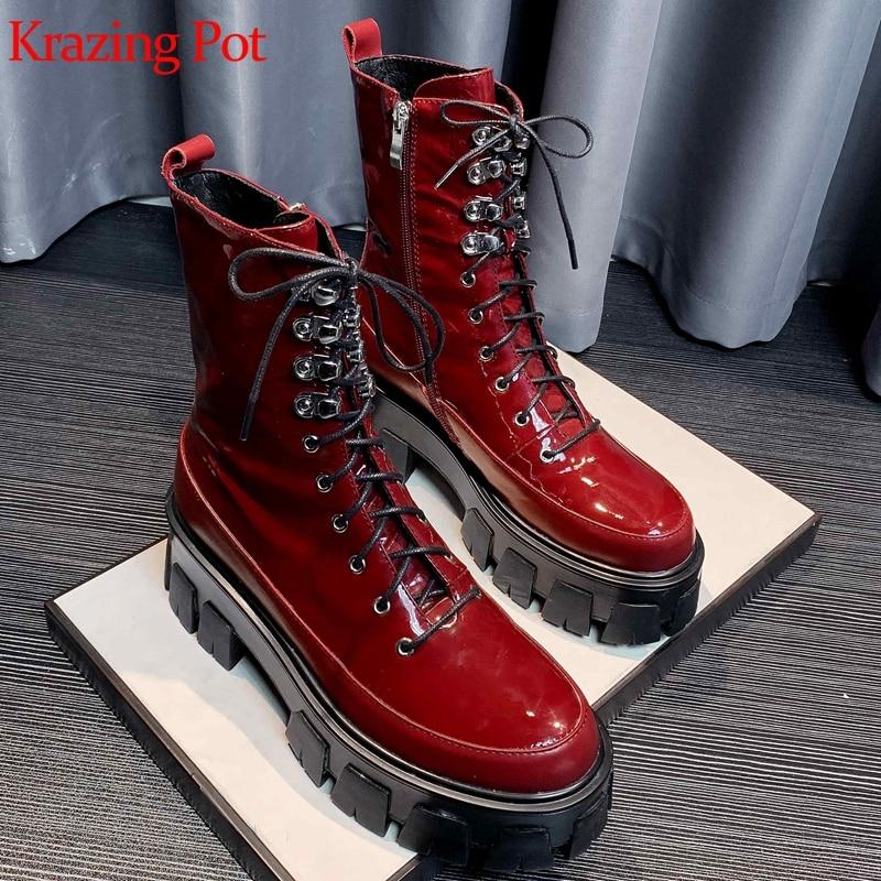 Krazing pot-Botas de motorista con cordones de cuero de grano completo, Remaches metálicos de fondo grueso con punta redonda, decoración, botas de media caña l80