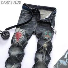 Пэчворк мужские джинсы Рваные вышитые плиссированные Стретч патчи брюки модные отверстия прямые джинсовые байкер Trouers
