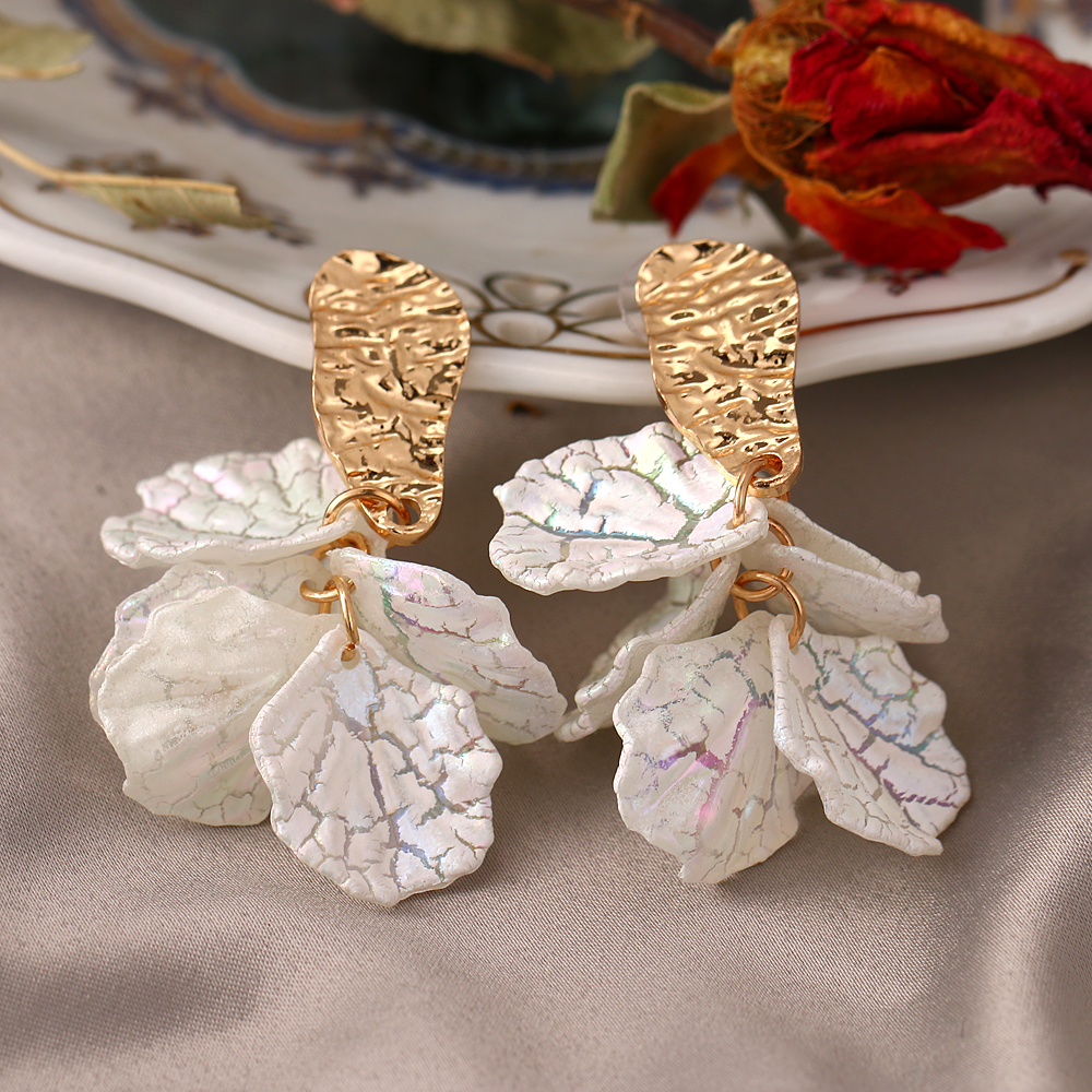 Korean White Acrylic Flower Petal Drop Earrings For Women's Fashion Statement Shell Flower Trend Alloy Pendant Earring Jewellery