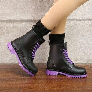 Image 4 - المرأة موضة Rainboots أحذية مضادة للماء امرأة الطين أحذية ماء الدانتيل يصل البلاستيكية حذاء من الجلد الخياطة احذية المطر حجم كبير 44