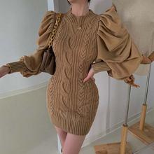 Цельнокроеное трикотажное облегающее мини платье в рубчик осенне