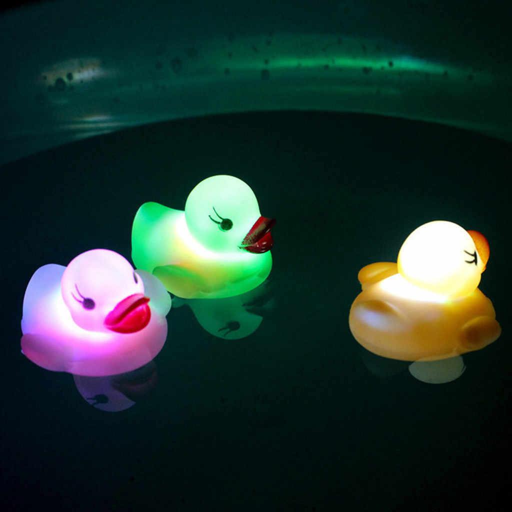 2Pcs Borracha-Pato Amarelo LED Light Up Squeaky Patos de Brinquedo Banho de Água Jogar Crianças Luminosas brinquedos juguetes brinquedos dos miúdos игрушки Novo