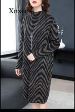 Зимнее свободное женское теплое платье свитер в полоску зебры