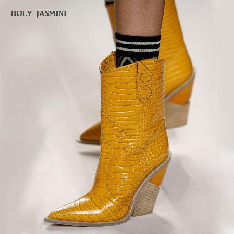 Новинка 2019 года; сезон весна; ковбойские женские ботинки с острым носком в западном стиле; женские ботинки до середины икры из искусственной кожи; ботинки на массивной танкетке; подиумная обувь