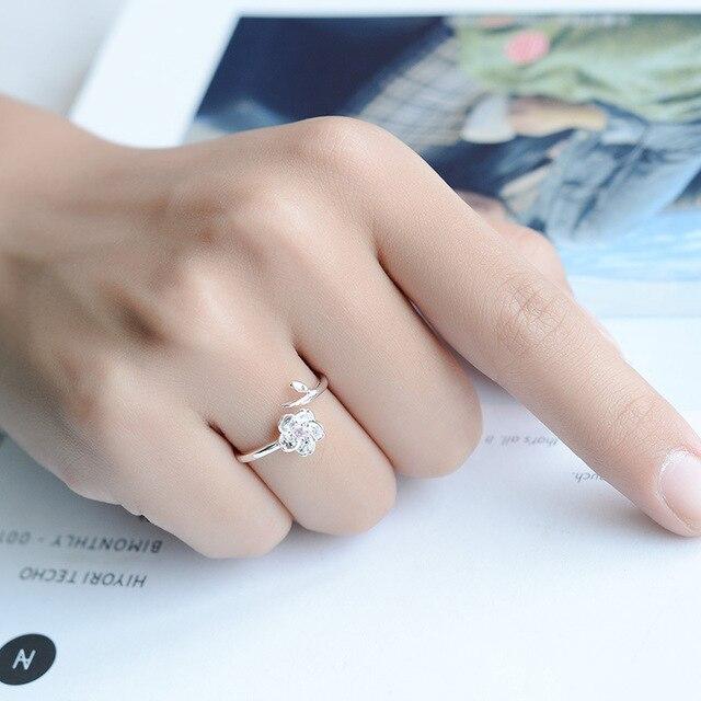 женское кольцо из серебра 925 пробы с цветком вишни фотография