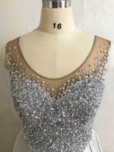 Najlepiej sprzedający się dekolt zroszony mocno bez rękawów Bling Bling satyna piętro długość suknie balowe 2020