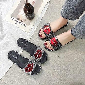 Zapatillas de mujer novedad de verano labios rojos tendencia de diamantes de imitación zapatos de moda al aire libre resistente al desgaste antideslizante señoras zapatillas Casuales