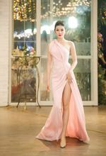 Женское длинное атласное платье Русалка розовое плиссированное