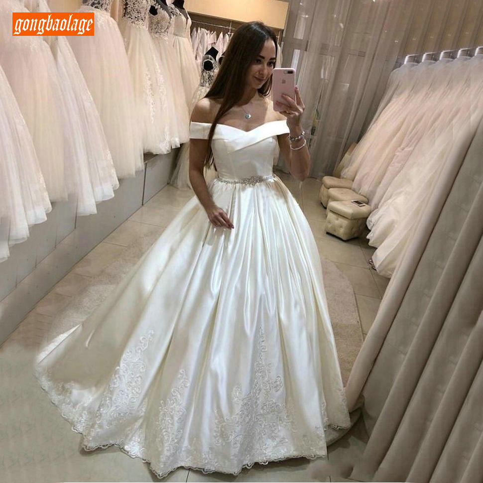 Noble Off Shoulder Wedding Dresses Satin Lace Applique Modest A Line Bridal Gowns Slim Fit Customized Sweep Train Wedding Dress