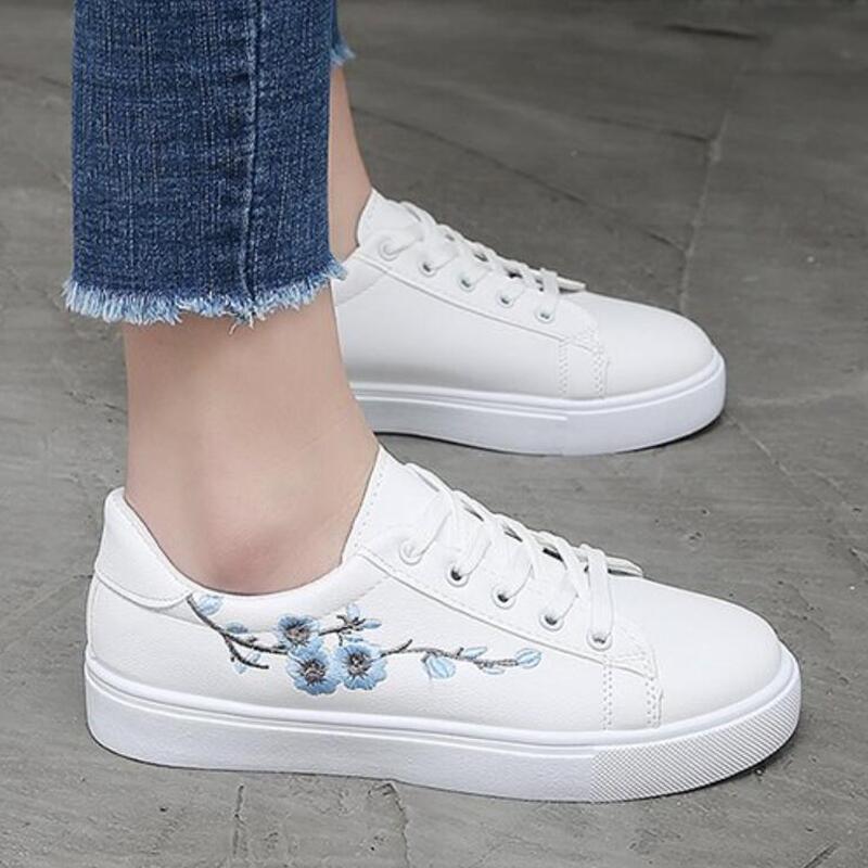 Белые женские кроссовки; коллекция 2019 года; модные теннисные туфли на шнуровке; белые женские туфли из искусственной кожи с вышивкой;