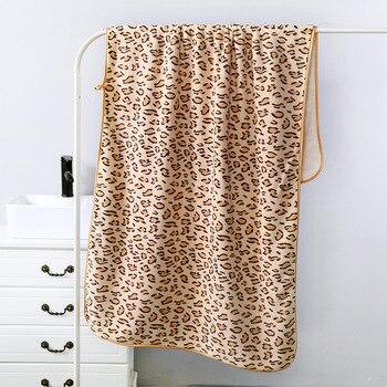 Serviette de plage femme imprimé léopard beige