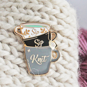 Sip Sip Knit Weave Hard Enamel Pin Funny Craft Jewelry Knitters Flair Tea Enthusiast Golden Brooch Fashion Simple Cup Lapel Pins