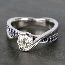 Классическое обручальное кольцо с круглой огранкой и блестящим