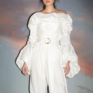 Image 2 - Twotwinstyleシャーリングフリルブラウスレディースネックランタン長袖スリムショートシャツのための女性のファッションの服2020潮