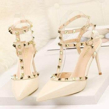 2020 9CM bombas de moda remache señoras puntiagudas de boca baja de tacón alto solo zapatos de verano de las mujeres nuevas sandalias de estilo