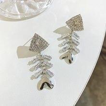 Женские серьги подвески в форме рыбьих костей с кристаллами