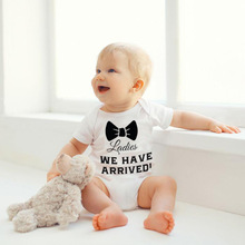 купить Summer baby romper suit men and women in Europe and the wind bows fashion baby clothing triangle climb clothes wet дешево