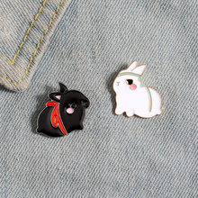 Неподделанная эмалированная брошь в виде черного белого кролика