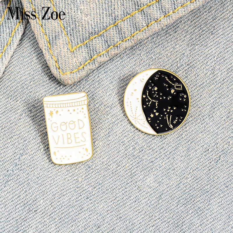 Miss Zoe Goede Vibes Emaille Pins Sterrenbeeld Sterrenhemel Night Broches Kraag Pin Gesp Shirt Star Moon Badge Cadeau Voor Kinderen vriend