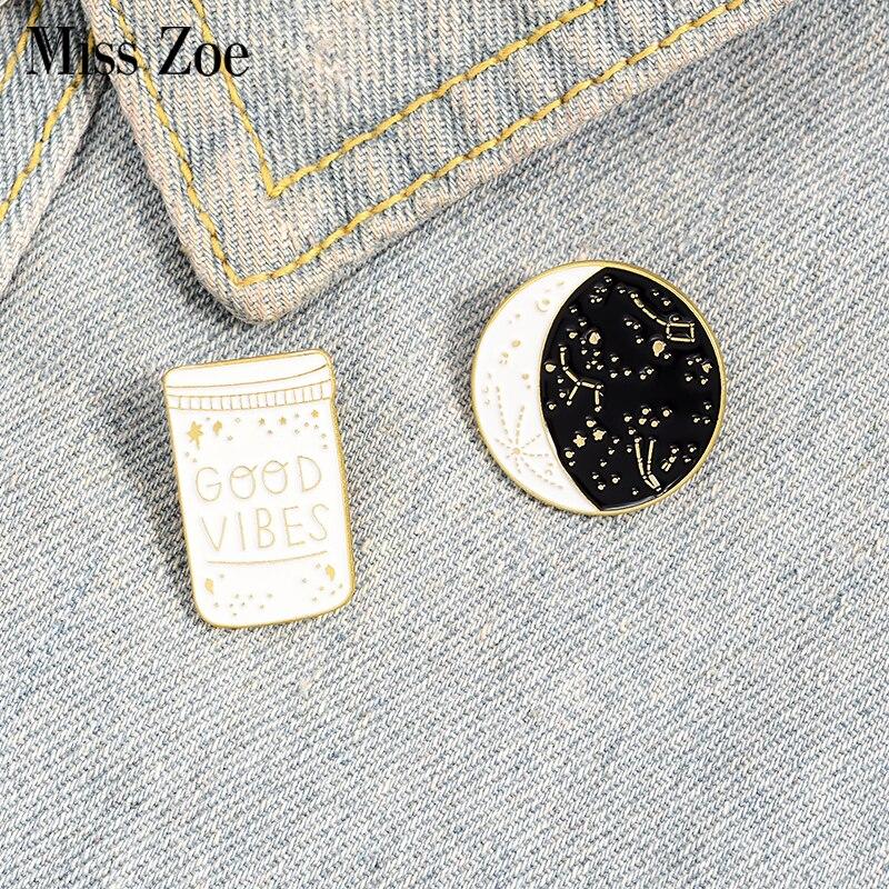 Мисс Зое GOOD VIBES эмаль на булавке на Созвездие Звездная ночь броши булавка для воротника в форме рубашка с пряжкой с изображением луны и звезд...