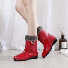 Czerwone metalowe buty do wody modne buty przeciwdeszczowe damskie buty ze skórki cielęcej wodoodporne buty przeciwdeszczowe damskie buty z Pvc modne damskie buty do wody tanie tanio Lorilury Połowy łydki CN (pochodzenie) Płytkie Krótki plusz Na wiosnę jesień Stałe Dla osób dorosłych buty na deszczową pogodę