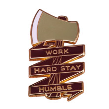 Werk harde stay humble emaille pin bijl bijl broche lumberjack buiten camping badge(China)