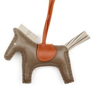 Image 2 - Berühmte Marke Nette Luxus Schafe Haut Weiche Echtes Leder Cute Horse Keychain Anhänger Tier Schlüssel Kette Frauen Rucksack Tasche Charme