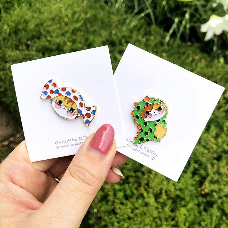 Wholesale Cartoon Badge Wearing Dinosaur Clothes Cat Brooches for Women Lovely Cat Jewelry Enamel Pin Bag Bst Accessories