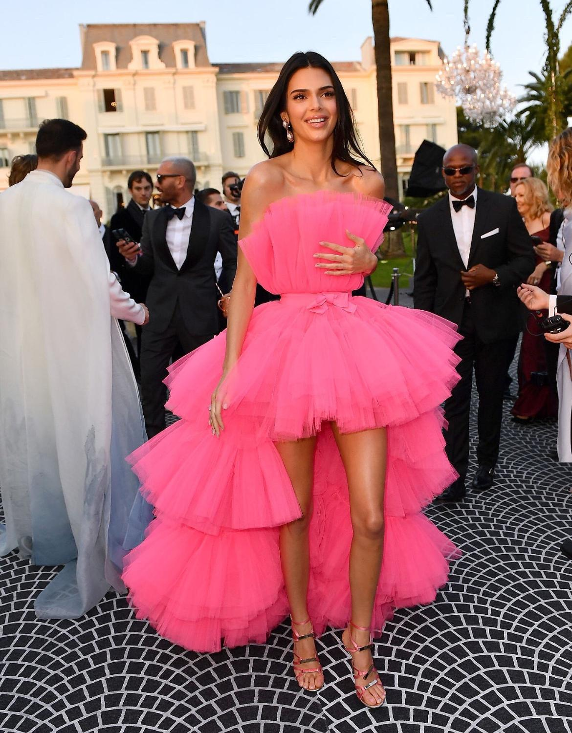 Kendall Jenner Fuchsia Prom Dresses High Low Strapless Tiered Pleat Tulle Evening Celebrity Gowns 2021 Formal Party Dresses New