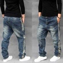 Корейские модные эластичные джинсы-шаровары с боковой полосой, мужские повседневные Свободные мешковатые джинсы с заниженным шаговым швом, штаны для бега, брюки в стиле хип-хоп, одежда