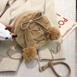 Image 2 - ラウンドフェイクファーのかわいいpuレザーファッションの女性のショルダーバッグクロスボディバッグ財布とハンドバッグfemaelカジュアルハンドバッグ