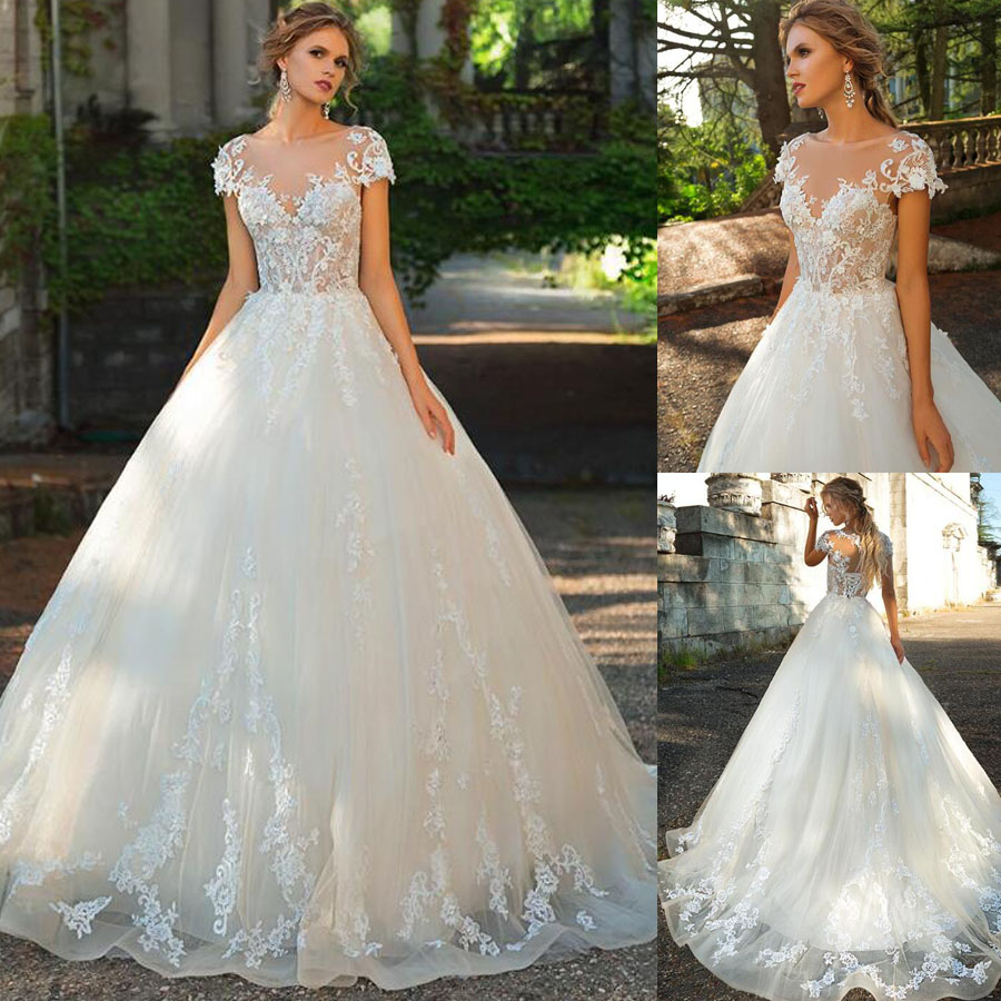 Soft Tulle Scoop Neckline Short Sleeve Ball Gown Wedding Dress With Lace Applique Lace-up Button Court Train Bridal Dress