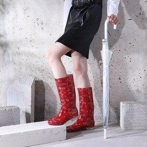 Image 3 - Nuova Pioggia di Scarpe Stampato delle Donne di trasporto Stivali Da Pioggia di Alta Tubo di Usura Anti skid resistente di Acqua di Fondo Stivali di Alta top Scarpe Impermeabili In Gomma