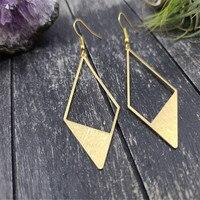 Pendientes de diamante dorados ligeros, pendientes sencillos de diamante geométricos, de latón texturizado con cepillo, con estilo de diamante