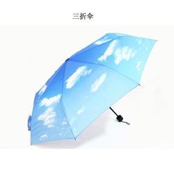 Obecnie dostępne w sprzedaży hurtowej ręcznie otwarty Parasol błękitne niebo i białe chmury trzy składany Parasol w każdych warunkach pogodowych Parasol Parasol na