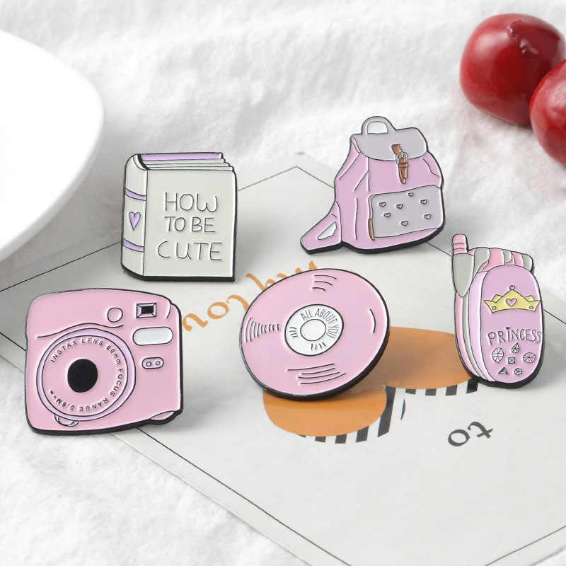 กระเป๋าเป้สะพายหลังกล้องโทรศัพท์มือถือ CD Enamel Pin Custom ป้ายสีชมพูสาว Brooches Lapel Pins Denim เสื้อ Collar เครื่องประดับของขวัญเด็ก