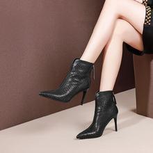 Женские ботинки из воловьей кожи с тиснением; на очень высоком