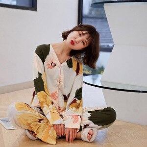 Image 2 - ربيع 2020 جديد السيدات الأزهار المطبوعة الساتان سترة + السراويل 2 قطعة مجموعة النساء ملابس خاصة مجموعة كاملة الأكمام رقيقة Homewear للإناث