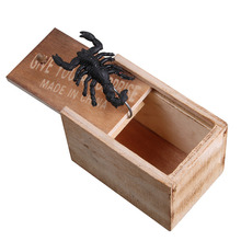 Wooden Prank Spider Scare Box Prank Toy Surprise Animals Bite in Wooden Box Practical Funny Joke Funny Surprise Gag Toy Gift