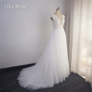 Image 4 - تغرق الرقبة الدانتيل فستان الزفاف خط الوهم الخلفي الاستقبال فستان زفاف 2020
