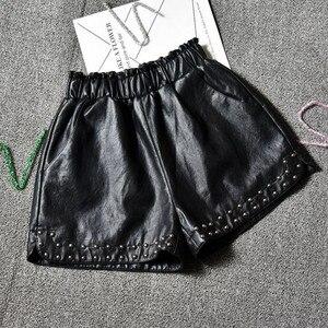 Image 1 - Pantalones cortos de piel sintética con remaches para mujer, pantalones cortos de pierna ancha, informales, con cintura elástica, para otoño e invierno, 2018
