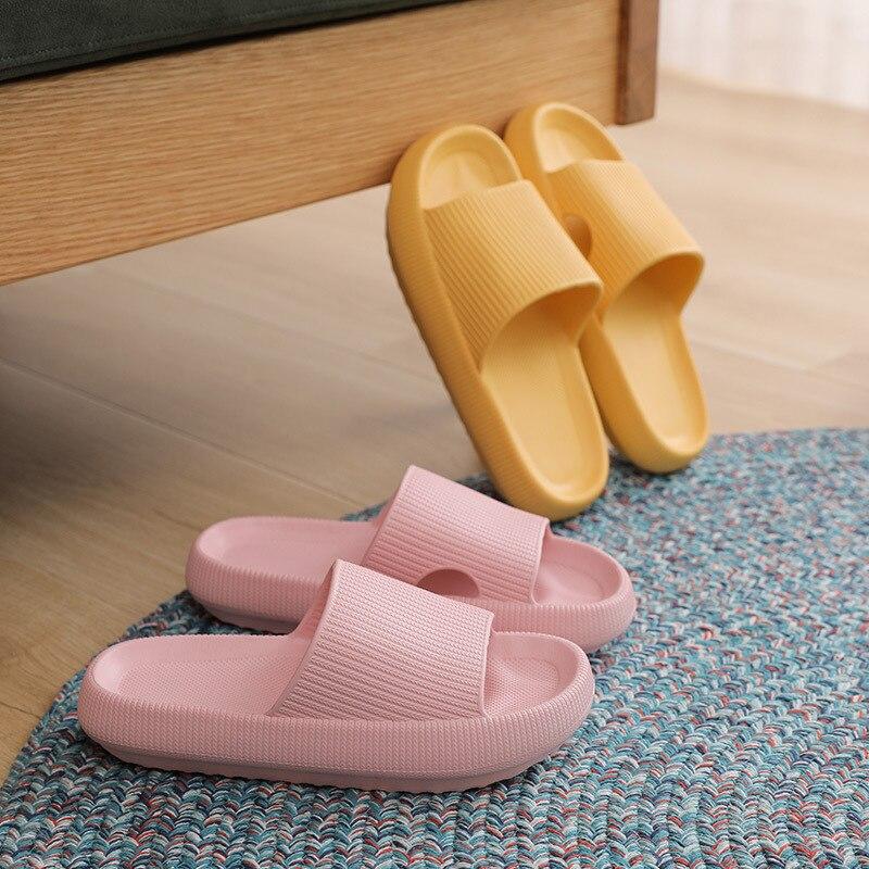 Pantoufles d'intérieur à semelle épaisse pour femmes et hommes, pantoufles de salle de bain, antidérapantes, douces EVA, chaussures d'été 2