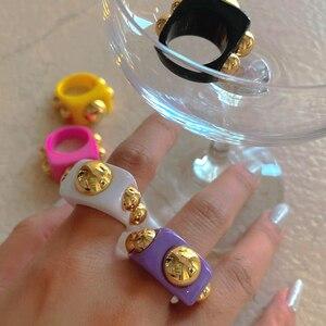 HUANZHI Новые Красочные золотые бусины прозрачные акриловые квадратные кольца из смолы для женщин и девочек 2020 ювелирные изделия Модные подарки для путешествий