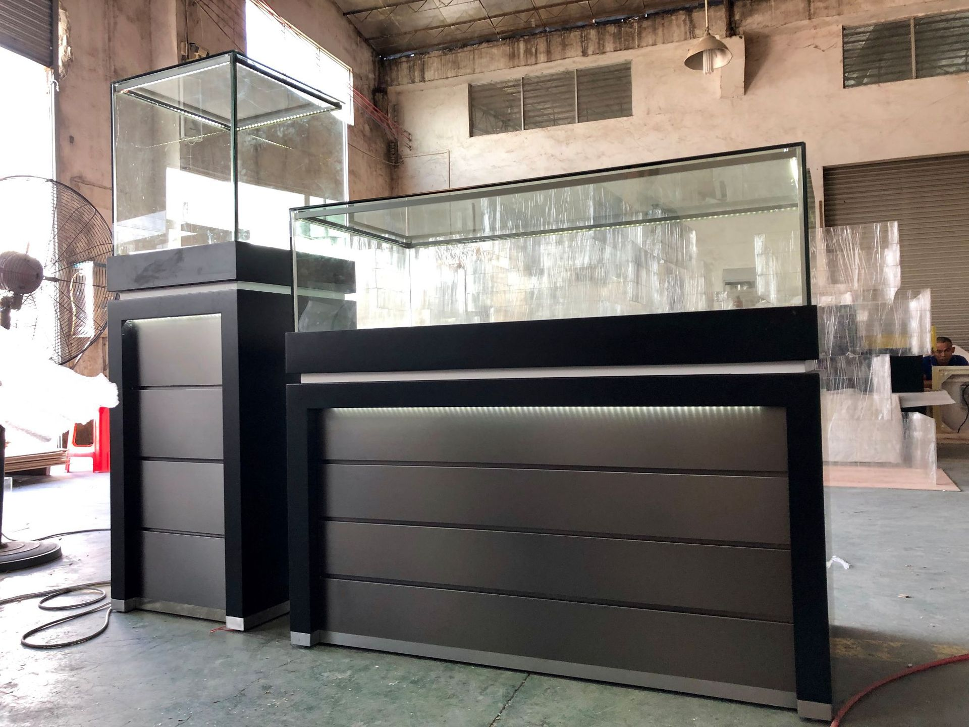 Foshan Top Grade Display Cabinet Made Of Glass Boutique Showcase Jewelry Showing Cabinet Baking Varnish Gold Cabinet