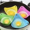 Pocheuse à oeufs en silicone qui cuit des œufs pochés dans une poêle avec un fond d'eau.