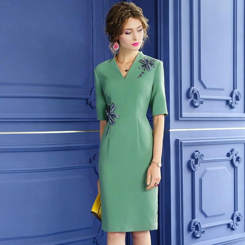 Женское летнее платье с V-образным вырезом и бусинами