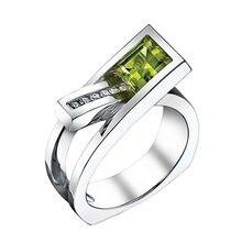 Женское кольцо серебряного цвета с зеленым камнем и фианитом